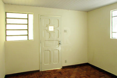 Casa de fundo com 60m², 02 quartos, sala, copa, cozinha com bancada, área de serviço coberta e pequena varanda. Piso dos quartos e da sala em taco. Piso da copa, cozinha e banheiro em cerâmica. Casa de fundos, 20 anos de construção, totalmente independente.  Localização: Próximo ao Carrefour do bairro.