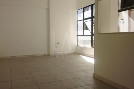 Conjunto com duas excelentes salas, mas que podem ser alugadas separadamente.  Cada sala apresenta: área de 26,60m²; piso em cerâmica; um aparelho de ar-condicionado e 1 banho com piso e bancada em granito e armários.  Prédio comercial totalmente revestido em cerâmica; estacionamento rotativo com manobrista; galeria de lojas; portaria das 7h30 às 20h; sistema de câmeras de vigilância; controle de entrada através de 3 catracas; 3 Elevadores.