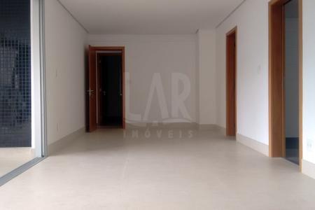 Excelente apartamento com aproximadamente 130m²; sala para 2 ambientes, com piso em porcelanato; varanda ampla com piso em porcelanato; lavabo; 04 quartos sendo 02 com armários e 01 com closet; com piso em laminado; banhos com piso e bancadas em granito; cozinha toda planejada, com piso e bancada em granito; área de serviço ampla com banho de empregada.  Prédio alto luxo revestido em vidro reflexivo e granilite; hall social decorado; portaria 24h; 3 elevadores; Salão de Eventos com terraço ; Espaço Gourmet ;Espaço Kids ;Playground ; Sauna com repouso ; Lounge ; Espaço Fitness ; Piscina com raia coberta e aquecida ; Piscina com prainha ; Pista de cooper; Área de convívio com amplo paisagismo, 3 vagas de garagem sendo 02 vagas em linha cobertas no G1 e 01 vaga livre, coberta no G2.  ***Espelhos e armários serão colocados nos banheiros e cozinhas***