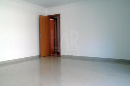 Cobertura duplex com 260m²  1º nível: sala para 2 ambientes com piso em porcelanato, teto em gesso; lavabo; 4 quartos sendo 1 suíte; piso em laminado e armários; banhos suite e social com piso em porcelanato e bancadas em granito; cozinha com piso em porcelanato e bancada em granito; área de serviço e dce; varanda  2º nível: escada em granito; sala de estar com piso em porcelanato; 1 quarto com piso em porcelanato; banheiro com piso em porcelanato e bancadas em granito; área externa com churrasqueira.  Prédio revestido em pastilhas; hall social decorado; jardins; 4 vagas de garagens livres; cobertas e demarcadas no g2.