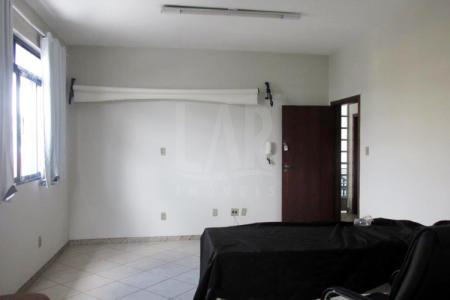 Excelente sala, com aproximadamente 30 m², com piso em cerâmica, lavabo, e portas com grades de segurança, 1 banho, com piso em cerâmica e bancada em granito. Prédio reformado; sistema de alarme.