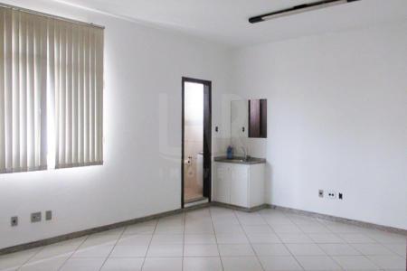 Excelente salas, com aproximadamente 25 m² cada, com piso em cerâmica, lavabo, e portas com grades de segurança, 2 banho, com piso em cerâmica e bancada em granito. Prédio reformado; sistema de alarme.