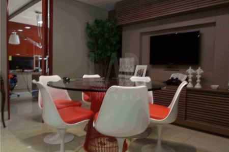 Excelente sala 80m² decorada e mobiliada; com piso em porcelanato, teto rebaixado com iluminação embutida, ar condicionado e várias luminárias com regulagem sobre as mesas, muitos armários, bem dividida sendo uma recepção, sala de diretoria, uma sala de projetos e uma sala de estoque com cozinha e banheiro tudo de muito bom gosto.  Prédio bem localizado em frente o hospital Vila da Serra, com porteiro, sistema de segurança de imagem, garagem com 2 vagas.