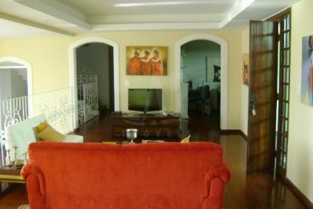 Excelente casa  residencial de 680m², localização  previlegiada,   otima vista  para a grande Belo Horizonte,  siutado ao pé da Serra do Curral Zona da Sul da cidade, area nobre do bairro Mangabeiras,  proximo a Praça do Papa. Proximo ao Mirante e parque das Mangabeiras. 1º piso constituido por  01 sala  ampla para quatro ambientes,  01 escritorio , piso tabua corrida, 03 suites em piso laminado,  varanda, 01 cozinha com armarios, area de serviçio, lavanderia, piso ceramica. 01 suite externa. 2º piso  constituido por 04 quartos, 01 suite, varanda com vista privilegiada,  piso laminado,  02 banhos, piso em ceramica.  Casa de 02 pavimentos frente de grade, portao eletronico, frente de grade,  area externa com piscina, espaço gourmert, banhos,  quarto de despejo, vagas para quatro carros pequenos.  Obs: Casa com mobilia