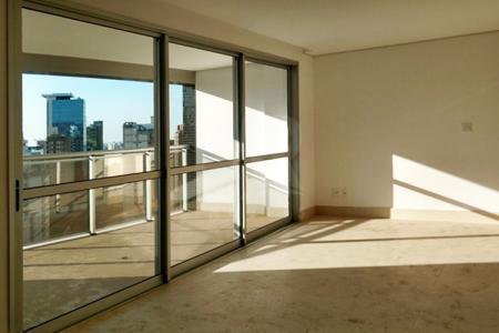 Excelente apartamento com aproximadamente 130m²; sala para 3 ambientes, com piso em porcelanato; varanda ampla com piso em porcelanato; lavabo; 4 quartos, sendo 1 suíte com closet; com piso em laminado; banhos com piso e bancadas em granito; cozinha toda planejada, com piso e bancada em granito; área de serviço; DCE.  Prédio alto luxo revestido em vidro reflexivo e granilite; hall social decorado; portaria 24h; 3 elevadores; Salão de Eventos com terraço ; Espaço Gourmet ;Espaço Kids ;Playground ; Sauna com repouso ; Lounge ; Espaço Fitness ; Piscina com raia coberta e aquecida ; Piscina com prainha ; Área de convívio com amplo paisagismo, 3 vagas de garagem sendo duas livres, cobertas de demarcadas.  ***Espelhos e armários serão colocados nos banheiros e cozinhas***