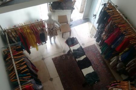 Excelente loja montada em empreendimento Comercial, na Av. Uruguai, região de grande fluxo de carros e pessoas. Loja aproximadamente 40m²; sendo 30m² com piso em cerâmica; um banho revestido em cerâmica; mezanino 10m² com piso em carpete.