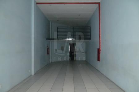 Loja com 65m², PE direito de 4,30m², piso em cimento liso, 01 banho, 01 porta de aço, 01 vaga de estacionamento. Localização: próximo ao Carrefour.