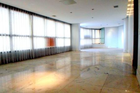 Apartamento: Com total de 240m², sala para 3 ambientes com piso em mármore, teto em gesso com projeto de iluminação, excelente vista. Lavabo. 4 quartos sendo 2 suítes (máster com closet e hidro) e duas semi -suítes com piso em mármore e armários. Banhos com piso e bancadas em mármore, armários, box e espelhos. Cozinha com piso e bancadas em granito, armários, mesa para lanche e despensa. Área de serviço e DCE.  Prédio: Alto luxo Revestido em textura e pastilhas, portaria 24h, hall social decorado, jardins e circuito interno de TV. Área de lazer com salão de festas, playground, piscina, sauna, fitness, quadra poliesportiva, espaço gourmet e churrasqueira. 4 vagas de garagem; Box de despejo.