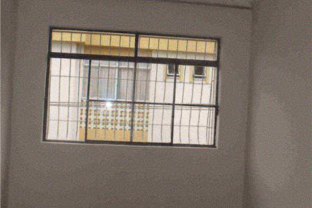 Excelente apartamento de frente com ótima localização constituído de 03 quartos sendo 02 com armários; Sala ampla para 02 ambientes; Sala de jantar conjugada com cozinha; Banho social com armários sob bancada em granito, espelho, Box blindex; Cozinha com armários; Área de serviço ; DCE.  Prédio revestido em pintura, interfone, 01 vaga de garagem livre e coberta.  Localização: Próximo a Avenida Silva Lobo.