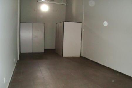 Loja de galeria com 39m², pé direito duplo, 02 portas de aço, paredes emassadas e pintadas. piso em cerâmica.  Localização - Próximo ao Clube dos Pescadores.