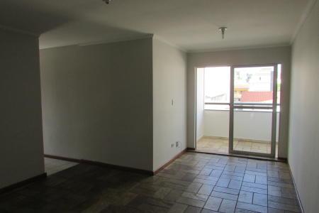 Excelente apartamento de frente, 03 quartos, banho social, 01 sala para 02 ambientes, varanda com porta em blindex, cozinha com bancada em granito; área de serviço fechada com banho de empregada. Piso de todo o apartamento em: cerâmica. Prédio de frente; 100% revestido em pintura; 05 anos; 08 pavimentos com 04 apartamentos por andar; interfone; cerca elétrica; portão eletrônico; 01 elevador e 01 vaga de garagem. Localização: atrás do Sebrae.