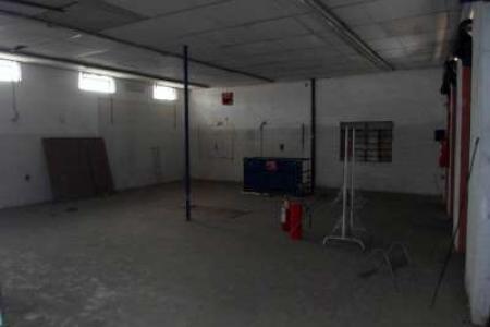 Loja de esquina 03 portas de aço 70m², 01 banho, piso  em: cerâmica. Localização: próximo Avenida Antônio Carlos.