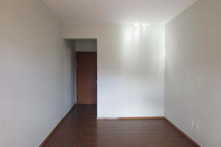 Apartamento 3 quartos, 1 sala para 2 ambientes com varanda, banho social, 1 suíte, cozinha ampla, área de serviço, 2 vagas de garagem, área privativa. Piso dos quartos e sala em laminado de madeira. Piso dos banhos e parte fria em cerâmica. Prédio revestido em pintura, hall social decorado, 8 pavimentos com 4 apartamentos por andar, 1 elevador, porteiro físico. Localização: Próximo ao colégio Promove.