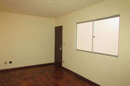 Excelente apartamento com ótima localização, constituído de 01 sala para 02 ambientes,  ampla e arejada, 03 quartos amplos com armários, 01 suíte com bancada em granito e armário, banho social com armário, cozinha planejada com bancada em granito e armário. Piso dos quartos e sala em taco. Piso dos banhos e cozinha em cerâmica. Prédio frontal, portão eletrônico, cerca elétrica. Portaria 24 horas, 01 vaga de garagem. Localização: próximo ao Carrefour Visitas acompanhadas