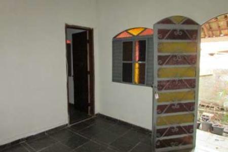 Casa estilo colonial, 01 sala com piso em ardósia, 01 copa conjugada com cozinha, 02 quartos, 01 banho, área de serviço e quintal. Localização: próximo a sub estação da Cemig