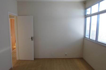 Apartamento de 02 quartos com armários e piso laminado, 01 banho com box blindex, bancada em mármore, 01 sala ampla de piso laminado, cozinha com armários, bancada em granito, ventilador de teto, área de serviço com banho de empregada.  Prédio de 03 pavimentos, 04 apartamentos por andar, revestido em pintura, área de circulação, portão eletrônico e 01 vaga de garagem.  Localização: Próximo a Via Expressa, Rua Monte Simplon, Avenida Amazonas e Cefet.