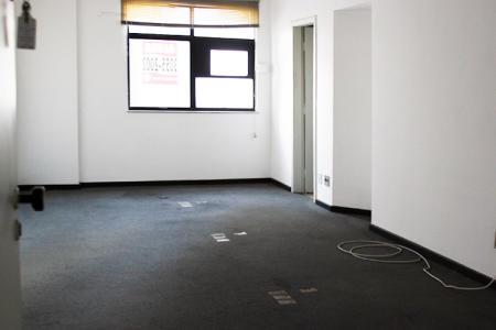 Excelente sala comercial com aproximadamente 30m², em ótima localização. Teto rebaixado em gesso, iluminação direta e indireta, piso em carpete, 01 banho social, piso em cerâmica.  Próximo ao colégio Loyola e Tribunal de Justiça. Como chegar: siga Avenida do Contorno em frente ao nº 7962. Prédio 100% revestido, porteiro físico 24h, circuito interno de segurança, 02 elevadores.  ***DESCONTO DE 90% NO 1º ALUGUEL***