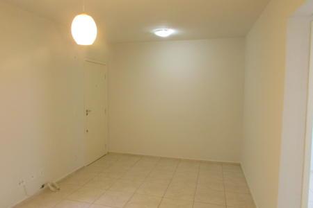 Excelente apartamento com ótima localização, constituído por 01 sala para 02 ambientes, 02 quartos, 01 banho social, cozinha e área de serviço. Piso do imóvel em cerâmica. Prédio recuado, revestido em pintura, jardim frontal, portão eletrônico, interfone, playground e 01 vaga de garagem.  Localização: Próximo a passarela do Maria Goretti e em frente à Hipolabor.