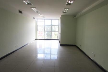 DESCONTO 90% NO 1º ALUGUEL.  Excelente loja 150m², constituída de 02 níveis (fino acabamento); 1° nível: 75m² (vão livre); piso em porcelanato, teto rebaixado, iluminação indireta, ar condicionado, rede com pontos para internet e PABX, 01 banheiro , copa. 2° nível: 75m², acesso escada em mármore, dividida em 02 salas amplas, armários sob e sobre as bancadas em granito, 01 banheiro. Subsolo com aproximadamente 110m², 02 banheiros, 01 copa, com acesso a um pequeno jardim. com entrada individual. Loja recuada, porteiro físico, hall de entrada, sistema de segurança, acesso direto e indireto, elevador, 03 vagas.  Localização: em frente ao Hospital Felício Rocho. Pode ser alugada separadamente.