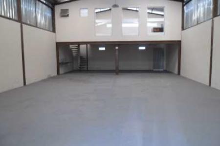 Galpão de 300m², 1º locação com ótima localização, pé direito duplo, recuado, portão de correr, piso estruturado, mezanino com 100m². Estrutura metálica todo murado.