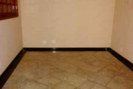 EXCELENTE CASA  DUPLEX  -  300 M2 CONSTRUÍDOS  Ótima localização, acabamento de luxo, cinco suítes (duas independentes) pisos em tábua corrida e granito     Duas salas, teto rebaixado em gesso, cozinha toda montada em estilo americano, com excelentes armários, piso e bancadas em granito, fogão de mesa e exaustor. Lavabo com piso em granito e pia em vidro temperado. Área da cozinha enorme, bastante arejada com bancada e piso em granito, lavadora de pratos, armários, podendo ser usada como cozinha de apoio e/ou espaço gourmet. Lavandeira anexa com piso em granito, armários e ligação para lavadora e secadora. Escada de acesso ao segundo piso em granito, leva a um  corredor com armário/rouparia e  três suítes (duas com varandas  em granito) com piso em tábua corrida e excelentes armários. Banheiros com piso e bancadas em granito e box blindex. A suíte máster tem closet com armários, bancada do banheiro com duas pias e banheira de hidromassagem.   Duas suítes duplex , em granito, destacadas do imóvel principal, com opção de entrada independente.   Casa geminada em estilo colonial, frente gradeada, portão eletrônico, interfone e cerca elétrica com alarme.   Entrada em pedra  Ouro Preto, aquecimento solar, duas  vagas de garagem paralelas.  Ótima localização, a dois quarteirões da Av. Portugal, atrás do Pampulha Center.