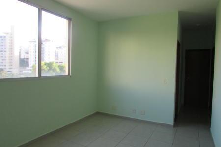 Excelente apartamento constituído de sala para 02 ambientes com piso em cerâmica; 03 quartos com piso em cerâmica; 02 banhos (suíte e social), com piso em cerâmica, azulejados; cozinha com piso em cerâmica, azulejada; área de serviço. Prédio revestido com pintura texturizada, portão eletrônico, interfone, piscina, quiosque com churrasqueira, quadra e 01 vaga de garagem.  Localização: Ao lado da faculdade Newton Paiva.