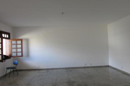 Excelente casa comercial com 471m², estilo colonial, ótima localização, constituído de 03 níveis sendo: 1º nível: 4 vagas de garagem. 2° nível: 01 salão amplo e arejado com 56m², mais uma sala com o mezanino e escada e copa, todos com piso em granito, 01 cozinha com piso em cerâmica e com revestimento em mármore, área de serviço revestida em granito, DCE, 01 lavabo. 3º nível: 01 sala ampla, piso em tabua corrida, sendo 04 quartos com piso em tábua corrida com 04 suítes, bancada em granito, armário, hidromassagem, varanda em L com vista definitiva. Casa com jardim frontal,  cerca elétrica, central de alarme com sensores em todos os níveis.  Visitas acompanhadas.