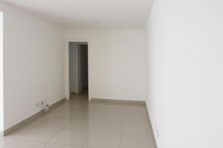 Excelente apartamento 03 quartos, com aproximadamente 90m², em ótima localização, próximo a comércios em geral. Imóvel constituído em 01 sala ampla para 02 ambientes, com piso em porcelanato, varanda, 03 quartos com armarios, sendo 01 suíte, piso em laminado de madeira, banho social e suíte com armarios e  bancada em granito, cozinha ampla e arejada com excelentes , com piso em porcelanato. Prédio revestido em pintura com varandas em blindex, hall decorado, 01 elevador, academia, circuito interno de TV, área de circulação, 02 vagas de garagem em linha descobertas.