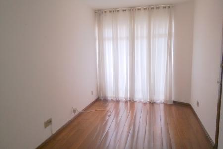 Ótimo apartamento com varanda, sala com piso em tábua corrida, 03 quartos, sendo 01 suíte com piso em tábua corrida, armários, banho social e suíte com piso em cerâmica e bancada em mármore, box. Cozinha com piso em cerâmica, bancada em granito e armários. Prédio com aproximadamente 25 anos, revestido em cerâmica, interfone, jardins, sistema de alarme, 01 elevador, 02 vagas de garagem em linha.