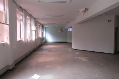 Excelente andar, com aproximadamente 215 m²; próximo a contorno; bem localizado; ótimo acabamento.  Imóvel constituído de uma copa; 2 banhos com piso em granito e bancada em mármore; pintura nova; divisória em drywall; projeto de iluminação, piso em granito. Prédio revertido em mármore; 1 elevador; 2 vagas de garagem livre.