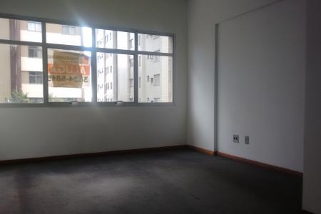 Sala. Com 20m², com piso em carpete, iluminação pronta, paredes em textura; 1 banho com piso e bancada em cerâmica. Prédio 100% revestido em textura; portaria 24h; 2 elevadores; sistema de catraca; circuito interno de TV.