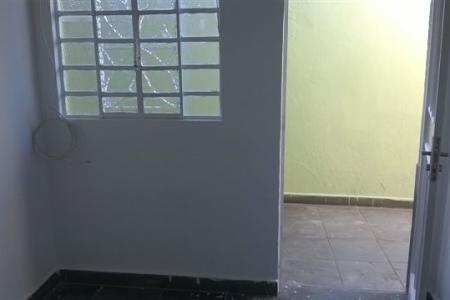 Excelente casa com ótima localização. Constituída por 01 sala, 02 quartos sendo um com suíte, banho social e cozinha.  Ampla área privativa externa. Imóvel independente com entrada comum, água e luz individuais.