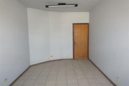 Excelente sala comercial de aproximadamente 30m² , 01 banho, piso em cerâmica.  Prédio com ótima localização, 02 elevadores, porteiro físico.