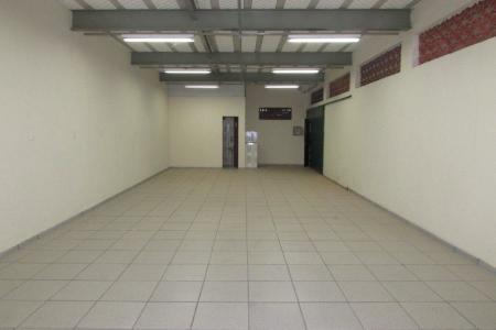 Oportunidade! Alugue sem fiador! Excelente galpão, ótima localização constituído de 100 m² em vão livre com pé direito de 2,95 m ,01 Banho. Cobertura em estrutura metálica, piso em cerâmica.