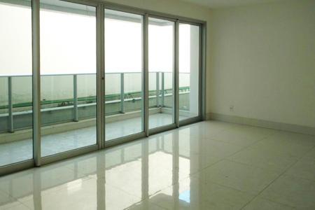 Excelente apartamento com área privativa aproximadamente 140m²; sala para 3 ambientes, com piso em porcelanato; varanda ampla com piso em porcelanato; lavabo; 4 quartos, sendo 1 suíte com closet; com piso em laminado; banhos com piso e bancadas em granito; cozinha toda planejada, com piso e bancada em granito; área de serviço; DCE.  Prédio alto luxo revestido em vidro reflexivo e granilite; hall social decorado; portaria 24h; 2 elevadores; Salão de Eventos com terraço ; Espaço Gourmet ;Espaço Kids ;Playground ; Sauna com repouso ; Lounge ; Espaço Fitness ; Piscina com raia coberta e aquecida ; Piscina com prainha, 04 vagas de garagem cobertas e demarcadas.  ***Espelhos e armários serão colocados nos banheiros e cozinhas***