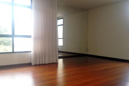 Excelente apartamento duplex, 110m² no Carmo.  1º Nível - Apto todo reformado na parte hidráulica e sala em L para 2 ambientes, com piso em tábua corrida; teto rebaixado com projeto de iluminação; cozinha com armários planejados, com piso e bancada em granito, bancada para lanche em granito; área de serviço; banho de empregada.  2º Nível - Escada em madeira; 3 quartos, sendo 1 suíte, com piso em tábua corrida, armários novos; rouparia; banho social e suíte, com piso em cerâmica, bancada em mármore, armários planejados e box blindex.  Prédio recuado, 100% revestido em cerâmica; jardins frontais e Laterais; Hall social decorado; portaria 24 horas; salão de festas; quadra; área livre com churrasqueira; 2 vagas em linha; box de despejo, elevador.