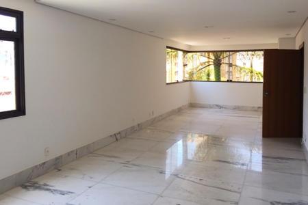Excelente apartamento com aproximadamente 150m²; Sala para 03 ambientes, piso em mármore branco com polimento Italiano e teto rebaixado com iluminação embutida; 04 quartos com piso em tábua corrida -  02 suítes, sendo uma com 01 closet, banho revestido em cerâmica, piso e bancada em granito, armário sob a pia; Lavabo revestido em pintura e pastilhas, piso e bancada em mármore, armário sob a pia; Banho social, revestido em cerâmica, piso e bancada em granito, armário sob a pia, box em vidro temperado; cozinha ampla, em ilha,,com armários embutidos, piso e bancada em granito; Área de serviço revestida em cerâmica, piso em granito, com armário; Banho de empregada, revestido em cerâmica; 02 vagas de garagem cobertas; Deposito privativo na garagem  Prédio em excelente localização, revestido em cerâmica, 05 pavimentos; 01 apartamento por andar; Com elevador codificado.  Rua plana. Próximo à padarias, farmácia e Colégio Arnaldo