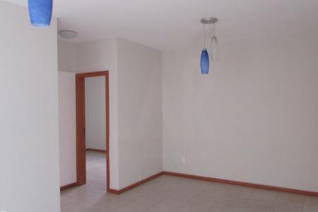 Excelente apartamento constituído de sala ampla para 02 ambientes com piso cerâmica; 02 quartos sendo 01 com armário com piso em cerâmica sendo um dos quartos suíte; 02 banhos (social e suíte) com bancada granito, armário, box e com piso em cerâmica; cozinha com bancada em granito, armário e com piso em cerâmica; área de serviço e 01 vaga de garagem.  Prédio revestido em pintura texturizada e cerâmica, portão eletrônico, interfone e elevador. Localização: Proximo a Rua Xapuri.