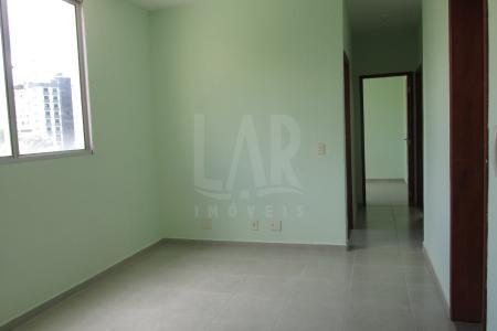 Oportunidade! Alugue sem fiador! Excelente apartamento constituído de sala para 02 ambientes com piso em cerâmica; 03 quartos com piso em cerâmica; 02 banhos (suíte e social), com piso em cerâmica, azulejados; cozinha com piso em cerâmica, azulejada; área de serviço. Prédio revestido com pintura texturizada, portão eletrônico, interfone, piscina, quiosque com churrasqueira, quadra e 01 vaga de garagem.  Localização: Ao lado da faculdade Newton Paiva.