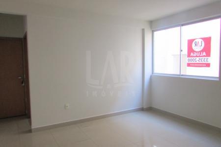 Excelente apartamento com ótima localização constituído de 01 sala ampla para 02 ambientes com piso porcelanato, 02 quartos com armários, piso laminado, banho social com bancada em granito, armários, box blindex, piso em porcelanato, cozinha ampla planejada com armários, bancada em granito, piso porcelanato, área de serviço arejada com banho. Prédio revestido em cerâmica, portão eletrônico, interfone, hall decorado, 02 elevadores.  Visitas acompanhadas.    Atualizado em 23/07/2017.