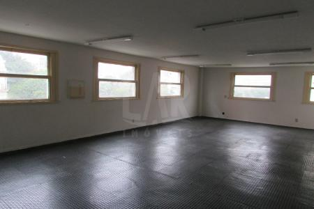 Excelente andar corrido, em ótima localização, constituído por aproximadamente 900m² em vão livre, 04 banhos e copa, com piso industrial. Prédio revestido em pintura, porteiro físico, 03 elevadores.  Visitas acompanhadas.    Atualizado em 20/01/2018.