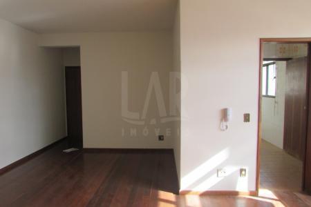 Excelente apartamento com aproximadamente 96 m² com ótima localização, constituído de uma sala ampla em L para dois ambientes e bem arejada, com piso em tábua corrida, iluminação direta;03 quartos amplos sendo 01 com suíte, com armários planejados, piso em tábua corrida iluminação direta; suíte com piso e parede revestido em cerâmica, box em acrílico; banho social com piso e parede revestido em cerâmica, bancada em mármore, armários planejados, box em acrílico; cozinha com bancada em mármore, armários planejados, uma área de serviço bem arejada e DCE. Prédio recuado, revestido em cerâmica, fachada em blidex, porteiro físico 24 horas, elevador, salão de festa, 01 vaga de garagem demarcada, quadra poli-esportiva.    Atualizado em 26/07/2017.