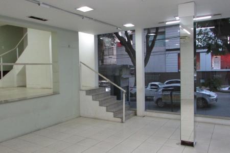 Excelente casa comercial com 400 m² de construção, 210 m² de terreno, recuada, 8 m² de frente a Av. Olegário Maciel e 26 m² para a Rua Gonçalves dias, 03 pavimentos. 1° nível: 02 quartos, sendo 01 com armário, banho, área de lavanderia, garagem para 01 carro. 2º nível: sala em desnível com outra sala, cozinha, banho, 03 quartos. 3º nível: 02 salas, varanda e 01 banho.  Casa em estilo moderno, toda estruturada, jardim frontal que pode ser feito estacionamento. Casa com 30 anos de construção.  Localização: em frente ao Diamond Mall.    Atualizado em 01/10/2018.