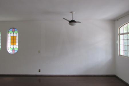 Excelente apartamento com aproximadamente 130 m², ótima localização.  Constituído por 01 sala ampla em L para 02 ambientes, piso em tabua corrida. 04 quartos com ótimos armários piso em tábua corrida, sendo um quarto suíte. Suíte e Banho social com bancada em mármore, piso em cerâmica, espelhos e Box blindex. Cozinha ampla e planejada com bancada e piso em granito. Área de serviço arejada com DCE e piso em cerâmica. Prédio revestido em pintura com 02 vagas de garagem.  Localização próximo ao Pitágoras.    Atualizado em 07/10/2018.