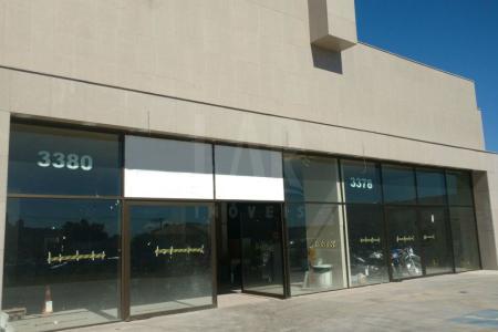 Excelente loja com aproximadamente 1150m2, sendo 450m² de mezanino. Primeira locação, prédio novo. 06 banheiros. Pé direito de 5 metros.   Loja extremamente comercial, recuada, espelhada, vagas de garagens na frente.    Atualizado em 12/06/2018.