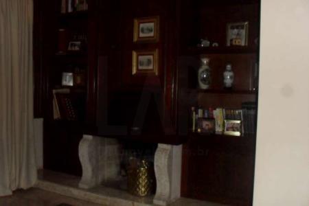 Casa estilo colonial, frente jardinada, garagens para 04 carros, 02 pavimentos, portão eletrônico, portas e janelas em madeira. 1° PISO: Sala com lareira, piso mármore Martha Rocha. Lavabo. Sala ampla para 03 ambientes, piso em tabua corrida com tabera em mármore Martha Rocha. Espaço gourmet com churrasqueira, atelier, banho, sauna, piscina, copa ampla. Cozinha com piso em granito e área de serviço DCE. 2° PISO: 05 quartos sendo 02 suítes máster com anti-sala, escritório, closet, suíte com anti-sala com piso laminado e os demais quartos com carpete.  Venha fazer um bom negócio!!!    Atualizado em 25/11/2018.