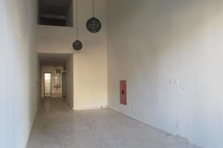 Loja com 132m² , sendo 45m² de sobreloja, piso em cerâmica, bancada e pia, lavabo, porta de aço, não existe taxa de condomínio.  Localização: em frente à Faculdade Newton Paiva.    Atualizado em 27/07/2018.