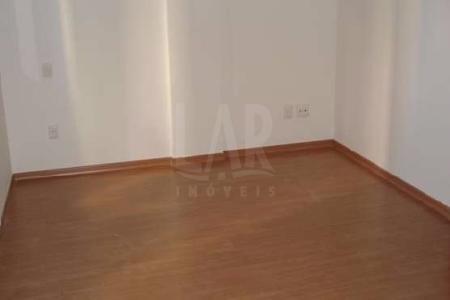 PRÉDIO: 100% revestido em cerâmica, hall de entrada, elevador, interfone, gás canalizado e 02 vagas de garagem em linha.  APTO: Sala para 02 ambientes com piso em porcelanato. 02 quartos com piso em porcelanato, sendo 01 suíte com closet e piso em laminado de madeira. Banho social e suíte com piso em porcelanato e bancada em granito. Cozinha com piso em porcelanato e bancada em granito. Área de serviço e banho de empregada.    Atualizado em 16/01/2018.