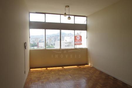 Ótimo apartamento com aproximadamente 130m², localização privilegiada. Entre Rua dos Goitacazes e Avenida Augusto de Lima. Apartamento constituído de uma sala ampla para 02 ambientes, piso em taco, 01 sala de jantar, piso em taco, 03 quartos com armários, piso em taco, 01 banho social, cozinha ampla, área de serviços ampla e arejada, com DCE. Prédio recuado, com 26 pavimentos, 03 apartamentos por andar, área de lazer com piscina, quadra de peteca, salão de festas, grande área de circulação aberta com jardins, portaria com porteiro físico 24hrs, interfone, 04 elevadores.    Atualizado em 27/04/2017.