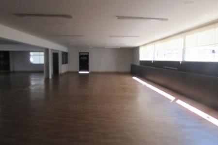 Sala comercial, constituída com porta de acesso de vidro temperado, piso de laminado de madeira, pintura geral na cor branca, janelas em esquadria de alumino e 02 banheiros em cerâmica.    Porteiro.    Atualizado em 13/12/2018.